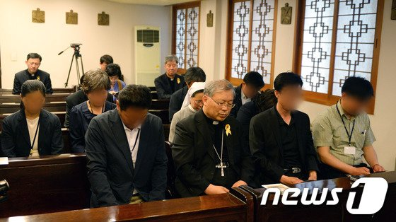 [사진]염수정 추기경 '세월호 희생자 위해 기도'