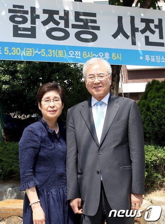 [사진]문용린 후보 내외 '사전투표 인증샷'