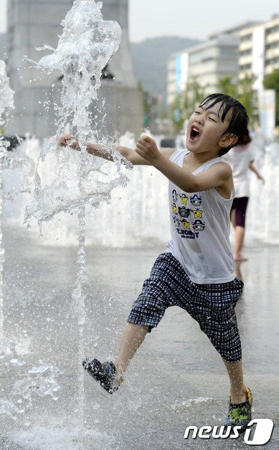 [사진]물놀이에 신난 어린이