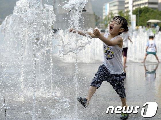 [사진]불볕더위, 분수는 아이들 놀이터