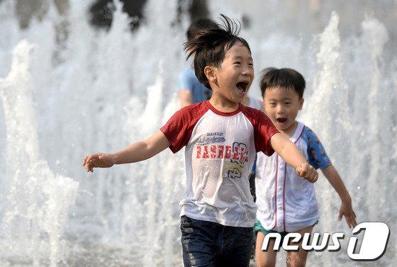 [사진]분수가 즐거운 아이들