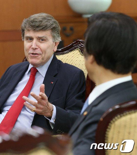 [사진]윤병세 장관 예방한 몽브리알 IFRI 소장