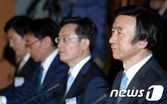 [사진]참석자들 바라보는 윤병세 장관