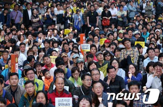 지난 24일 서울 청계광장에서 열린 '세월호 참사 2차 범국민촛불행동'에서 참가자들이 목숨을 잃은 단원고 학생과 교사들의 이름을 부르며 오열하고 있다./뉴스1 © News1   오대일 기자