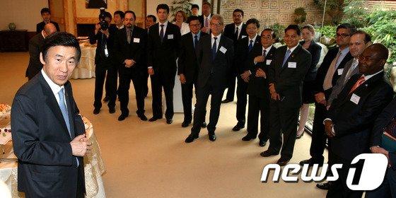[사진]주한 공관장들과 환담 나누는 윤병세 장관