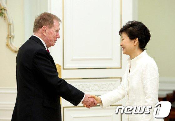 [사진]朴대통령, 커비 前북한인권조사위원장 접견