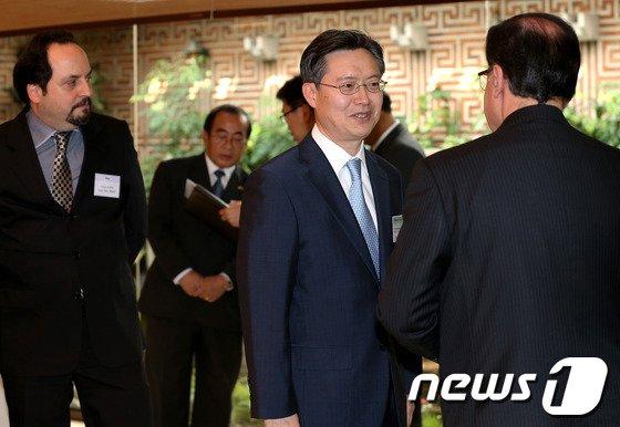 [사진]참석자들과 환담 나누는 황준국 본부장