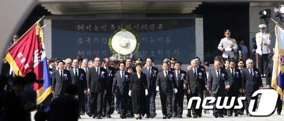 [사진]박근혜 대통령, 현충탑 참배