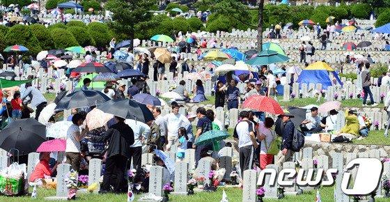 [사진]국립현충원 참배객들로 북적