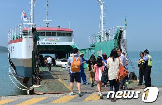 [사진]연휴 첫날 '팽목항서 섬 들어갑니다'