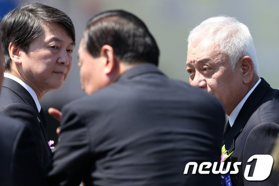 [사진]안철수-김한길 '서청원 향한 시선'