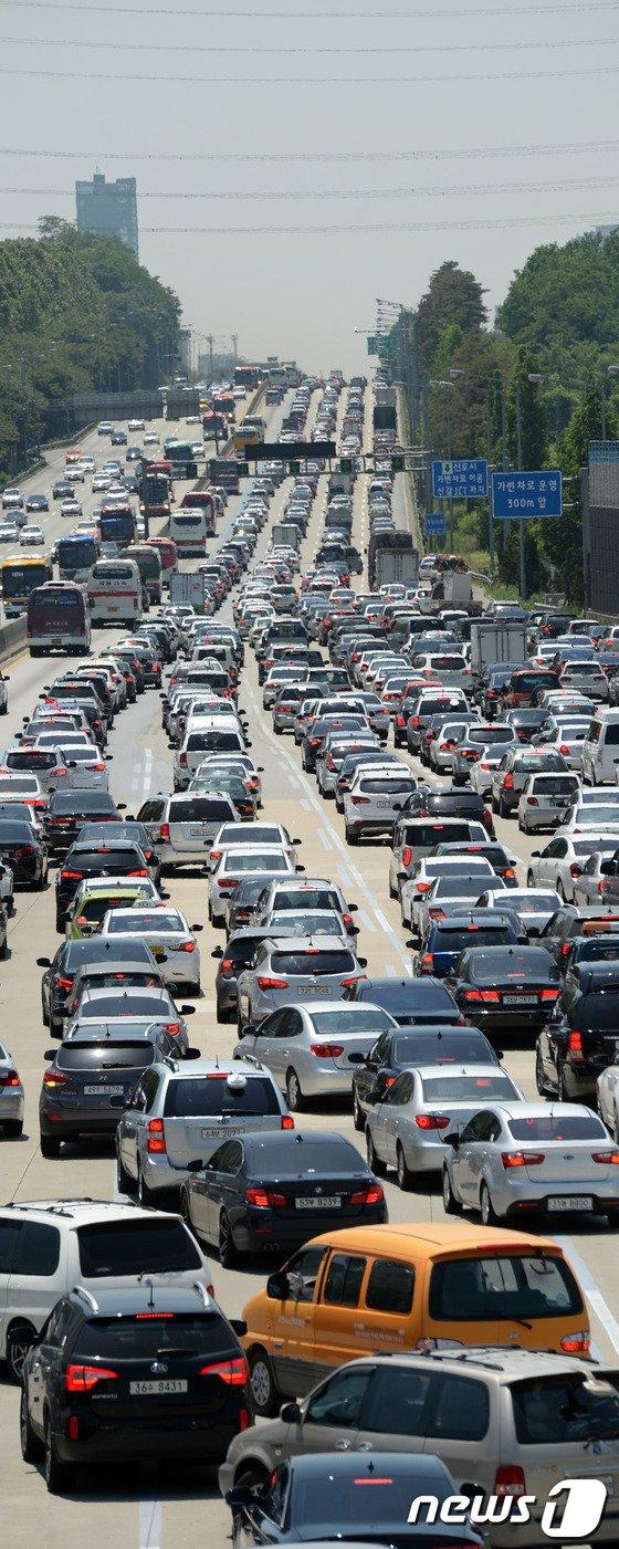 [사진]현충일 연휴 시작 '몸살 앓는 고속도로'