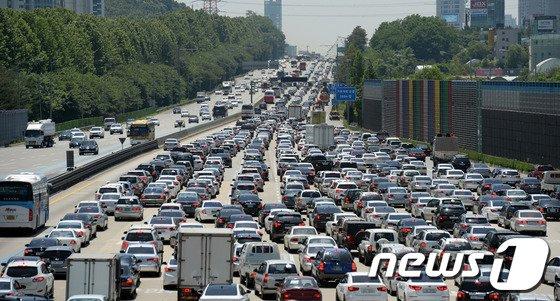 [사진]연휴 시작, 고속도로는 몸살