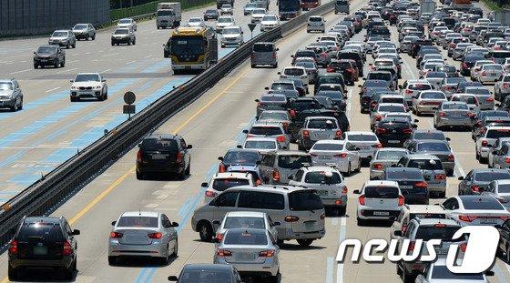 [사진]연휴 시작에 고속도로 정체 '얌체운전 눈살'