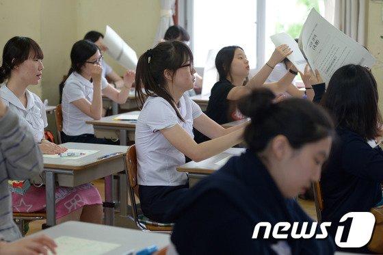 2015학년도 대학수학능력시험 6월 모의평가가 치러진 12일 서울 풍문여고에서 학생들이 시험지를 나누고 있다. / 뉴스1 © News1 민경석 기자