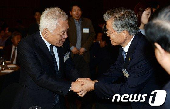 [사진]김한길-문재인 '두 손 꼭잡고'