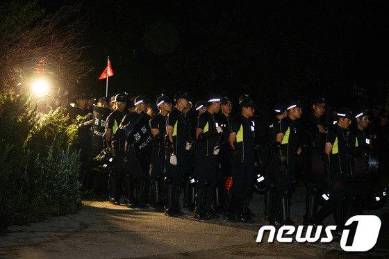 [사진]'빈 손' 금수원 나서는 경찰병력
