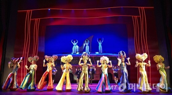 화려한 무대와 의상을 선보이는 뮤지컬 '프리실라' 공연장면 /사진제공=설앤컴퍼니