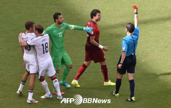 포르투갈의 수비수 페페가 독일과의 경기에서 뮐러에 폭력적인 행동을 보여 퇴장 당하고 있다./ AFPBBNews=뉴스1