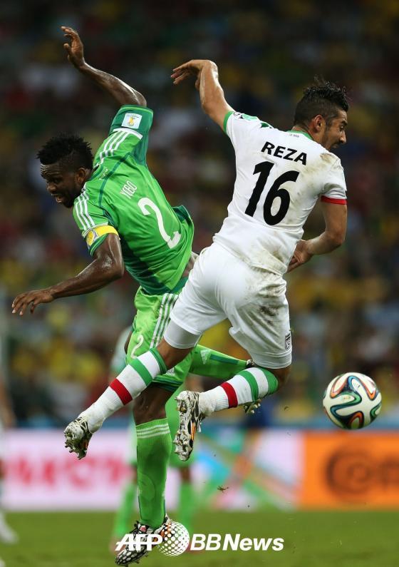 나이지리아의 수비수 조셉 요보와 이란의 공격수 레자 쿠차네자드가 공다툼을 벌이고 있다./ AFPBBNews=뉴스1