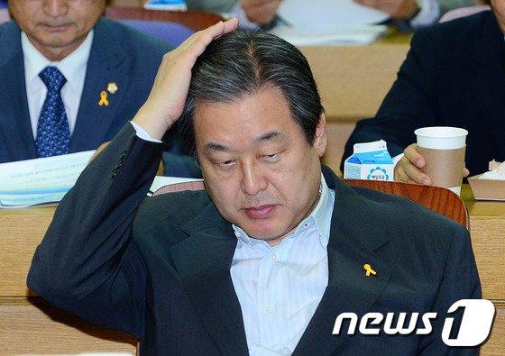 [사진]머리 만지는 김무성 의원