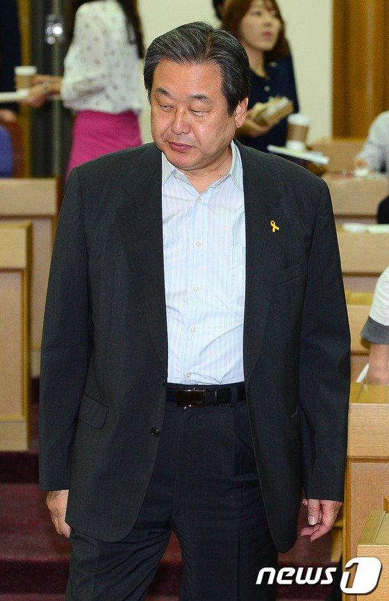 김무성 새누리당 의원이 17일 오전 여의도 국회 의원회관에서 '북한의 비대칭 위협 인식 및 급변사태 대비전략'을 주제로 열린 통일경제교실에 참석하고 있다. 2014.6.17/뉴스1 © News1   박세연 기자