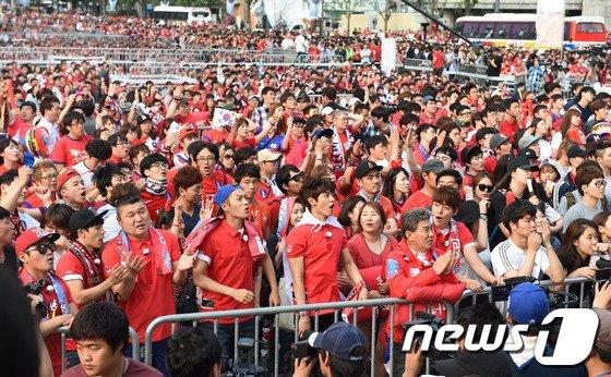 [사진]윤두준-민호, '승리의 기운을 담아 광화문 거리응원~'