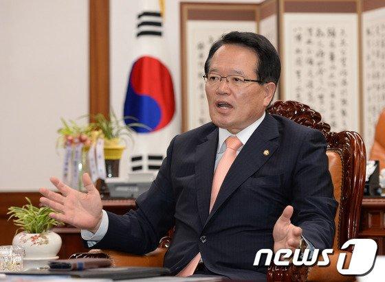 정의화 의장이 17일 오전 서울 여의도 국회 집무실에서 뉴스1과 인터뷰를 하고 있다. 2014.6.17/뉴스1 © News1 박철중 기자