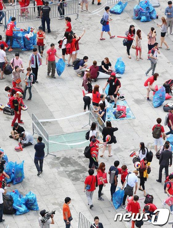 [사진][월드컵] 광화문광장 청소하는 붉은악마