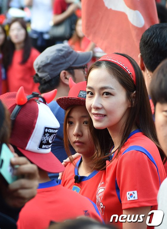 [사진]'광화문 응원 온' 홍수현, '멀리서도 한 눈에~'