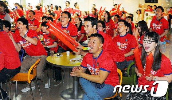 [사진]직장인들 '열띤 아침 응원'