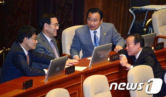 [사진]새누리당 지도부 '본회의 대화'