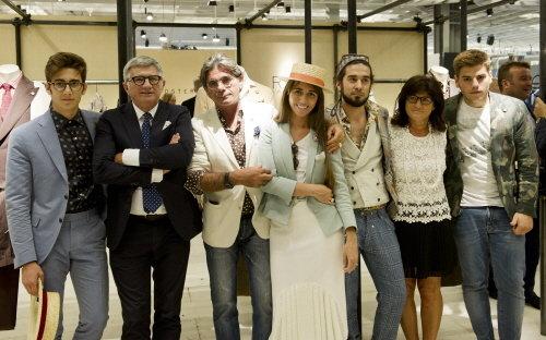 이탈리아 남성복 브랜드 '라르디니'의 안드레아 라르디니 대표(좌측 두번째)와 그의 가족들이 피티 워모 행사장에 마련된 라르디니 부스에서 포즈를 취하고 있다. 라르디니는 '가족경영'으로 운영된다.