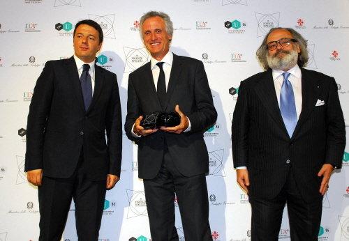 """(사진 좌측부터)마테오 렌치 이탈리아 총리와 줄리안 디아즈 더프리 CEO, 스테파노리치 피렌체 패션협회 회장이 피티 워모 개막식 행사에서 포즈를 취하고 있다. 렌치 총리는 이날 """"지난 수년간 이탈리아는 역사와 전통을 글로벌 시장에 제대로 알리지 못했다""""며 """"이번 행사는 우리에게 이탈리아를 알리는 기회가 될 것""""이라고 말했다."""