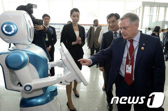 [사진]도우미 로봇 만져보는 하우린 아일랜드 장관