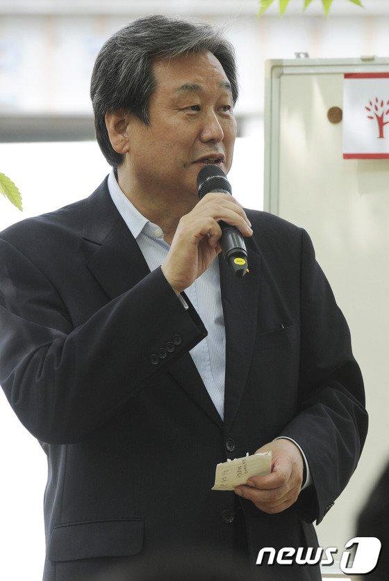 [사진]김무성 '잔디밭에서 이야기'