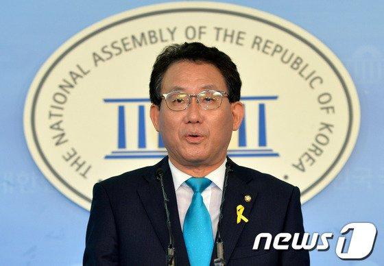 [사진]유기홍 수석대변인, 현안 브리핑