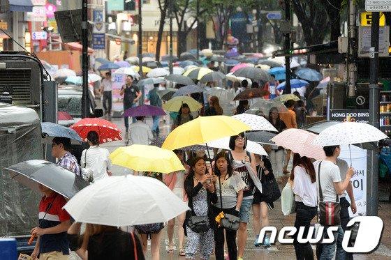 [사진]우산 가득한 명동거리