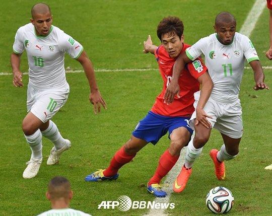 박주영이 알제리 선수들과 몸싸움을 펼치고 있다. /AFPBBNews=뉴스1<br /> <br />