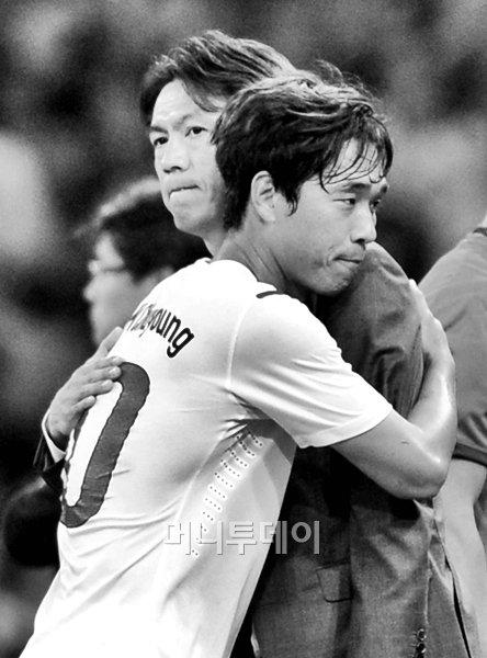 지난 2012 런던 올림픽 한일전에서 홍명보 감독과 박주영이 포옹을 나누고 있다. /사진=올림픽사진공동취재단(머니투데이)<br /> <br />