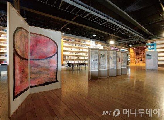 '지혜의 숲' 공간에 김혜련 작가의 작품이 어우러진 모습. 개관 프로젝트로 열리고 있는 '책 속으로, 김혜련의 병풍놀이'전시가 9월30일까지 이어진다. /사진제공=출판도시문화재단