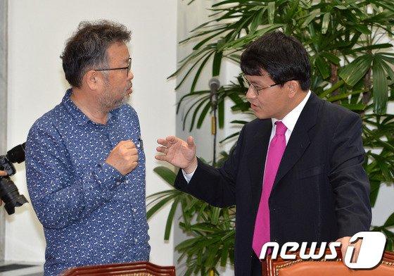 [사진]윤상현-조동원 '무슨 대화?'