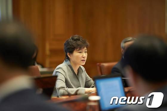 박근혜 대통령이 지난 22일 청와대에서 열린 수석비서관회의를 주재, 모두발언을 하고 있다. (청와대 페이스북) 2014.5.22/뉴스1 © News1 박철중 기자