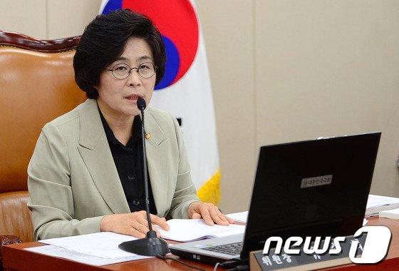 [사진]인사말하는 유승희 위원장