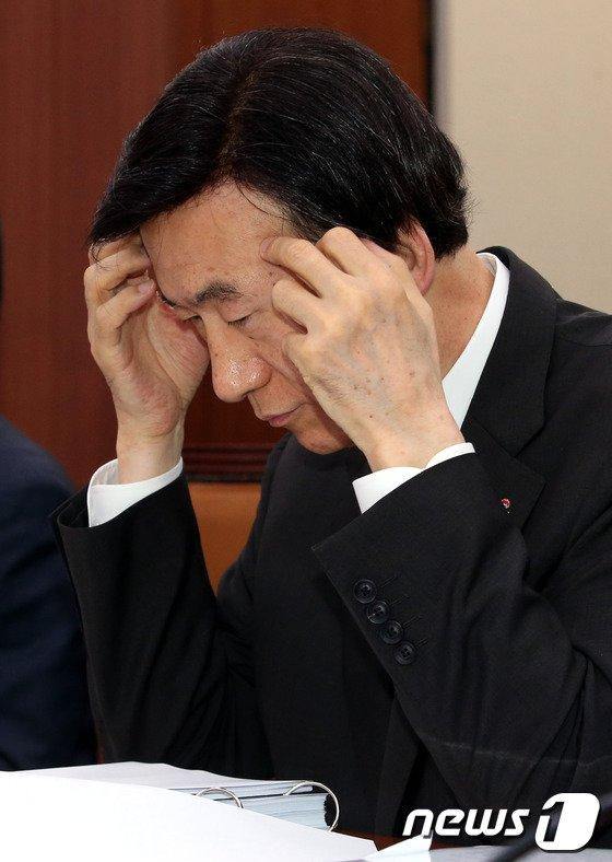 [사진]외통위 출석한 윤병세 장관