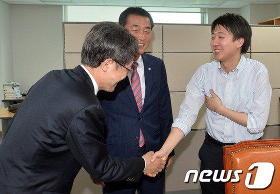 [사진]강석훈, 황영철 의원과 인사한는 이준석 위원장