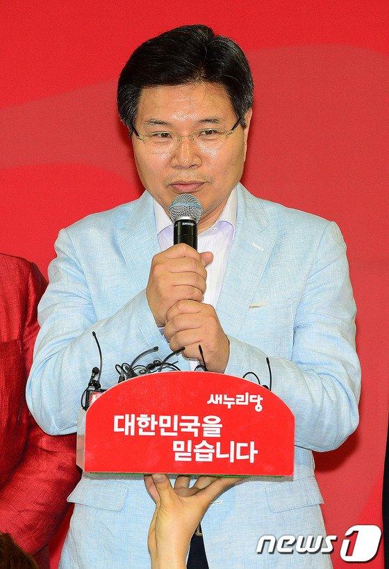 [사진]인사말하는 홍문종 의원