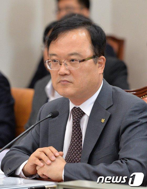[사진]의원질의 경청하는 박철규 중소기업진흥공단 이사장