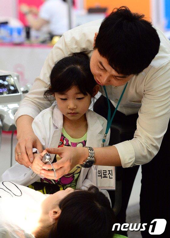 [사진]치과의사 체험하는 어린이