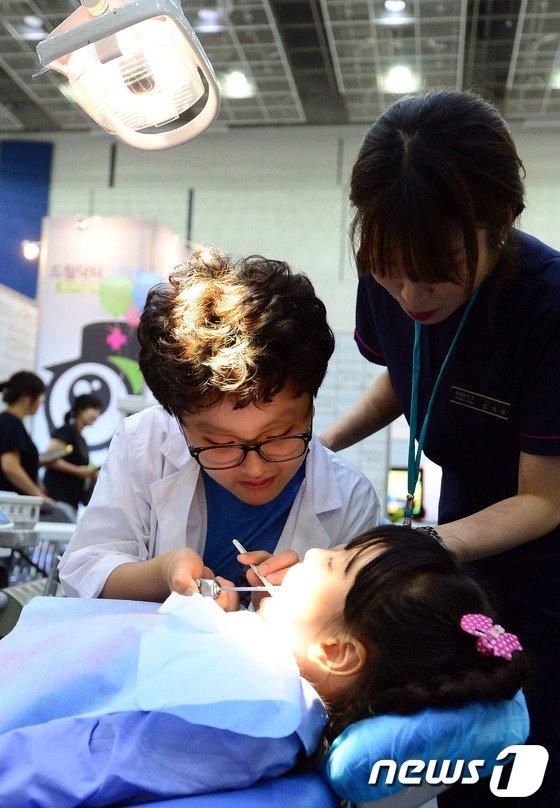 [사진]의사체험전 찾은 어린이들